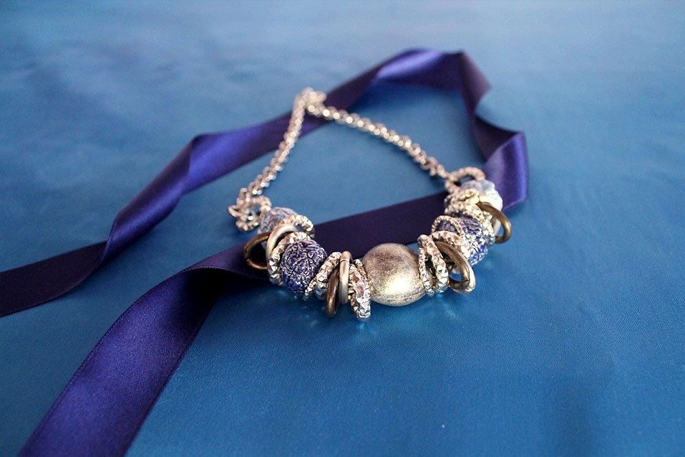 Collana con raku azzurri e catena argento