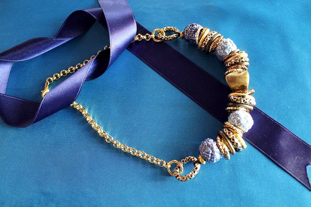 Collana con raku azzurri e catena oro